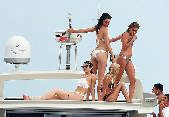 Pánské osazenstvo mělo na lodi parádní podívanou...