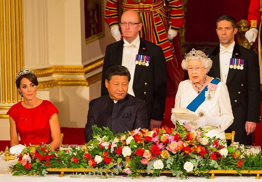 Během večeře uspořádané k návštěvě čínského prezidenta usedla Catherine ke stolu po jeho pravici.