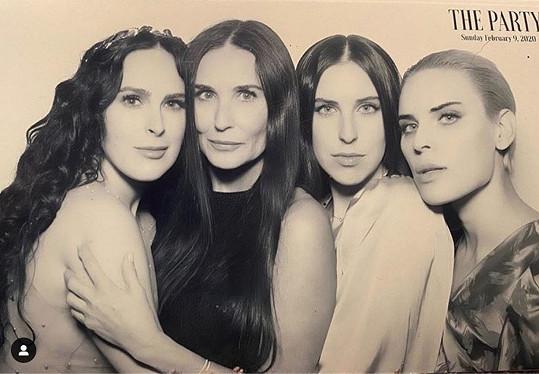 Zleva: herečka s matkou Demi a sestrami Scout a Tallulah