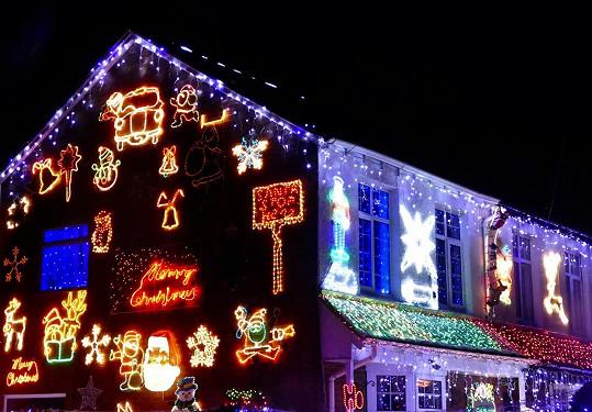 Rezidenti Byron Road v Hampshiru zdobí své domy na podporu charity.