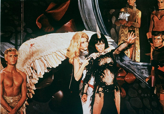 Ve filmu Barbarella (1968) s Jane Fondou