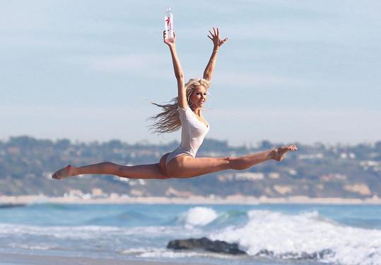 Daisy Lea byla na pláži v Malibu vítaným zpestřením.