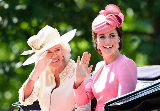 Vévodkyně Catherine a Camilla během přehlídky Trooping the Colour