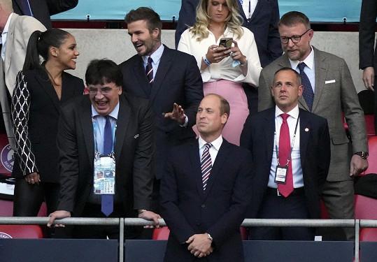 David Beckham klábosil s moderátorkou a bývalou fotbalistkou Alex Scott. Vpravo režisér Guy Ritchie.