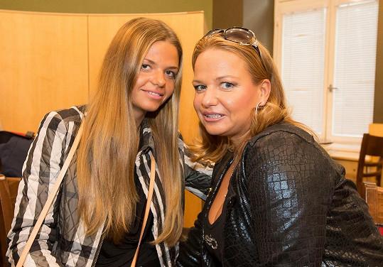 Sestra Evy PerkausovéMonika Kubováa její šestnáctiletá dcera Natálie.