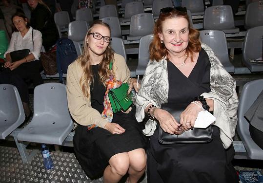 Podívat se přišly Eva Holubová s dcerou.