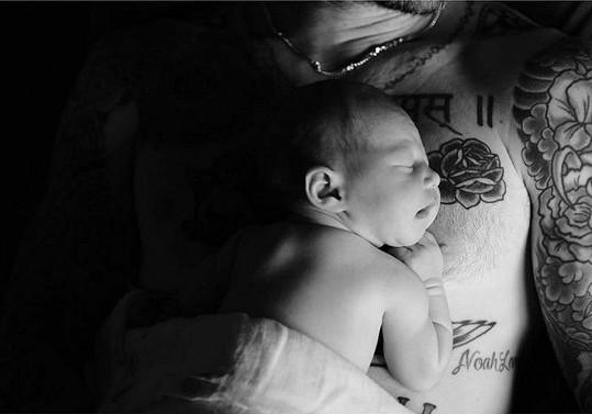 Adam Levine se pochlubil dcerkou.