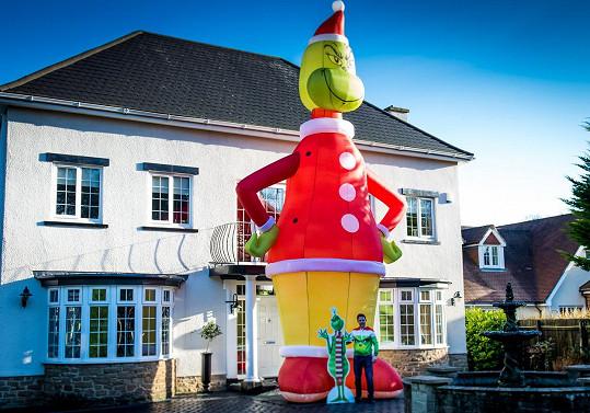 11 metrů vysoký Grinch se tyčí před domem Raye Liddella z Hartlepoolu.