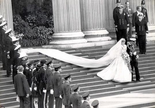 Nevěstina róba měla téměř osmimetrovou vlečku.
