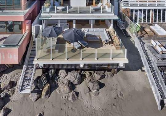 Největší devizou nemovitosti je umístění přímo na pláži.
