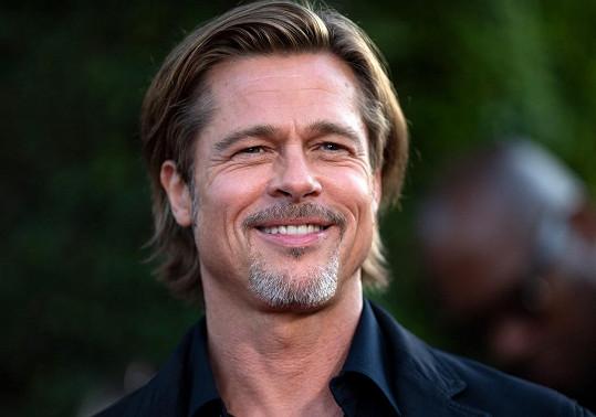 Bradu Pittovi dělá údajně společnost krásná modelka.