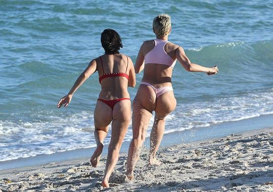 Julieanna Goddard s kamarádkou na Miami, kde si jich všimli fotografové.