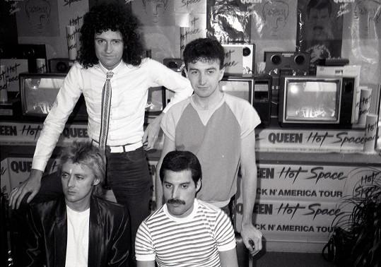 Kapela Queen. Dole zleva Roger Taylor a Freddie Mercury, nahoře zleva Brian May a John Deacon.