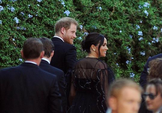 Meghan s Harry dorazili na svatbu v černé.