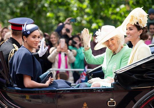 Do kočáru Meghan zasedla s manželem Harrym, vévodkyní Kate a vévodkyní Camillou.