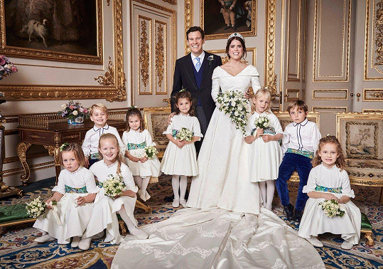 Novomanželé Eugenie a Jack a jejich roztomilí svatebčané na oficiálním snímku. Ty neoficiální mají mnohem uvolněnější atmosféru.
