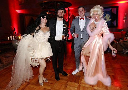 Zatímco Slashova exmanželka dráždila v saténovém župánku, někteří hosté v kostýmu parodovali slavného muzikanta.