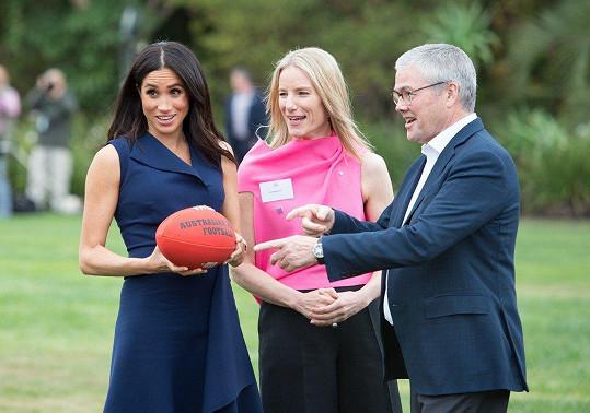 Během návštěvy vysvětlili vévodkyni pravidla australského fotbalu.