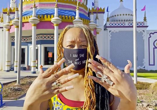 Ayanna Williams po radikální manikúře. Její nehty půjdou do muzea.
