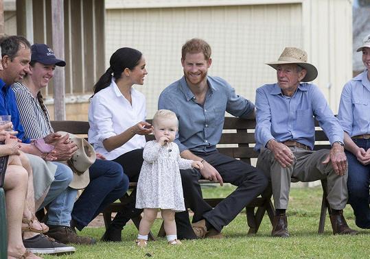 Děti Harryho a Meghan doprovázejí na každém kroku.