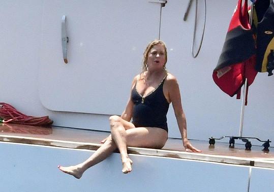 Na jachtě tráví herečka většinu dne v plavkách.