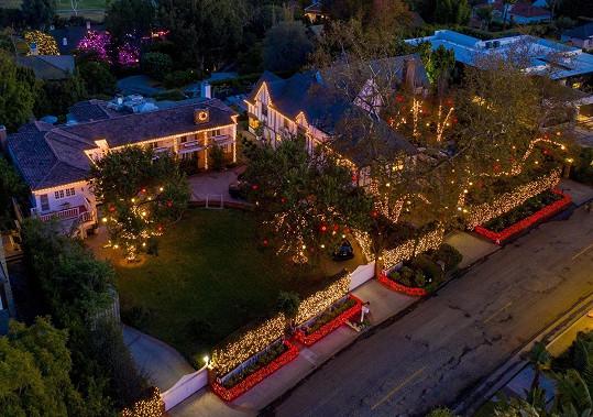 Kate Hudson ozdobila své dva domy žluto-červeně.