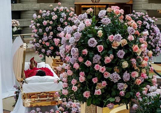 Rakev je obklopena růžemi.