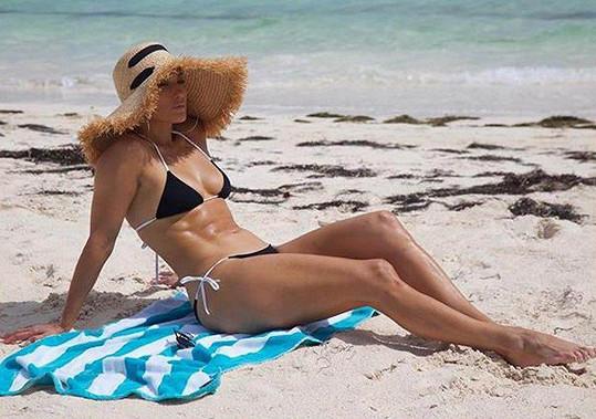 Jennifer si dovolenou na Bahamách užívá.