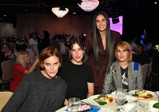 Rumer se sestrami Tallulah (vlevo) a Scout a matkou Demi Moore