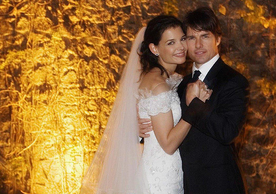 Na svatbě Katie Holmes a Toma Cruise se hudebník vyznamenal.