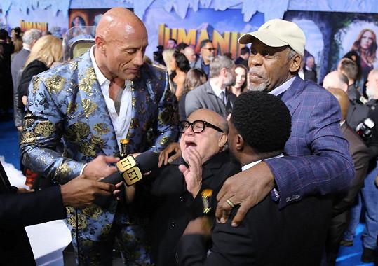 Jako hromadné objetí vypadal i rozhovor Johnsona, DeVita, Kevina Harta a Dannyho Glovera.