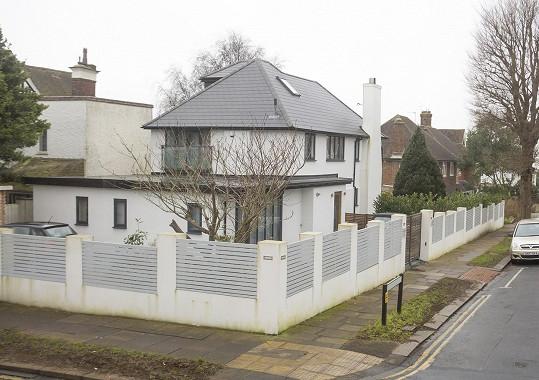 Ve svých 24 letech si může dovolit koupit dům za 40 miliónů.