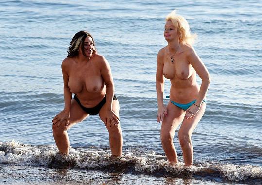 Na pláži se postaraly o bizarní podívanou.