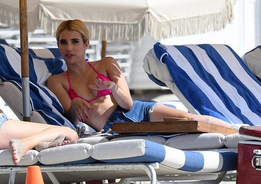 Emma se slunila na pláži v Miami.