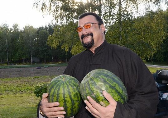 Seagal byl prezidentem obdarován melouny z vlastní zahrádky...
