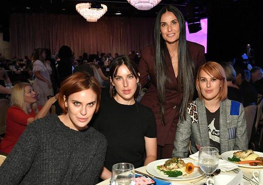 Všechny sestry dohromady s matkou. Zleva: Tallulah Belle Willis, Scout Willis, Demi Moore a Rumer Willis