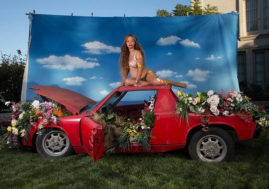 Zpěvačka pózovala i na střeše auta. Ani zde nechyběly květiny.