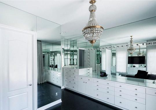 Interiéry se nesou převážně v bílém lesku v kombinaci s opulentní zlatou.