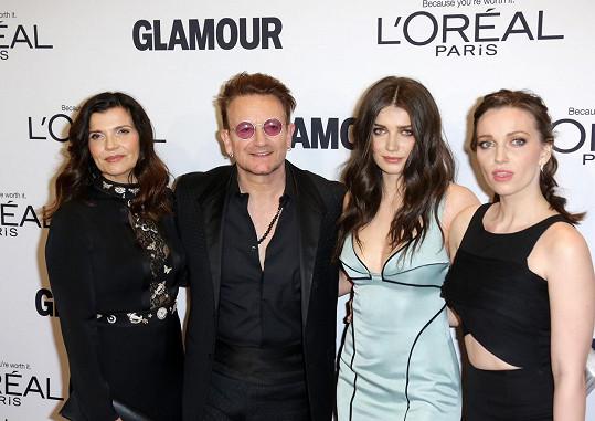 Bono s manželkou Alison a dcerami Eve a Jordan (vpravo)