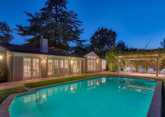 Krásný bungalov s bazénem a zastřešeným venkovním posezením