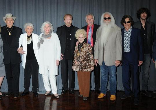 Zprava: country čtveřice The Oak Ridge Boys, Brenda Lee, Jim Ed Brown, Maxine Brown, Bonnie Brown a Josh Martin na snímku z letošního března