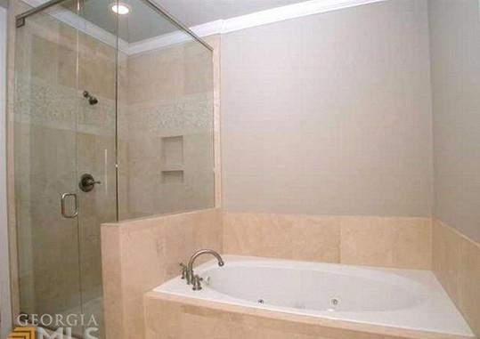 Podle některých médií v inzerátu nechybí fotka vany, kde našli bezvládnou Bobbi Kristinu. Dům však má více koupelen.