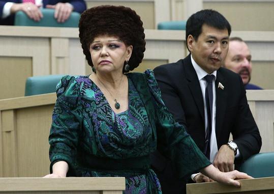 Valentina svým účesem vzbuzuje respekt.