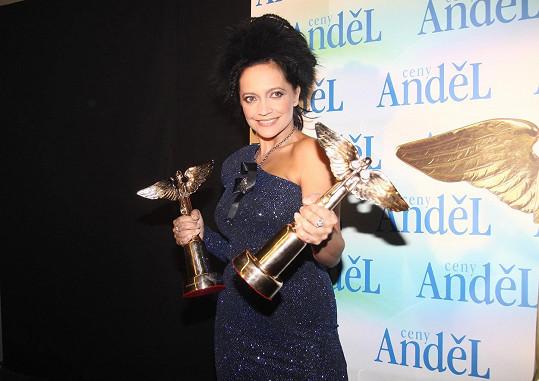 Lucie Bílá získala Anděla pro nejlepší zpěvačku roku 2010 a také za nejlepší zpěvačku dvacetiletí. Sbírku cen má ohromnou.