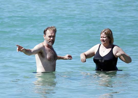 Herec si užíval v moři s plnoštíhlou partnerkou.