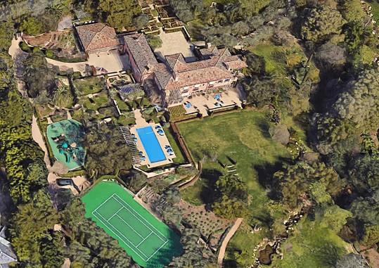 Rozkládá se na obrovském pozemku ve čtvrti milionářů.