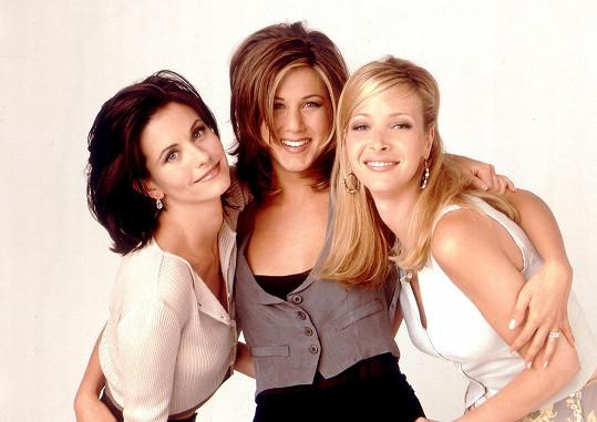 Courteney Cox (vlevo) se proslavila v seriálu Přátelé. Na snímku s Jennifer Aniston a Lisou Kudrow (vpravo)