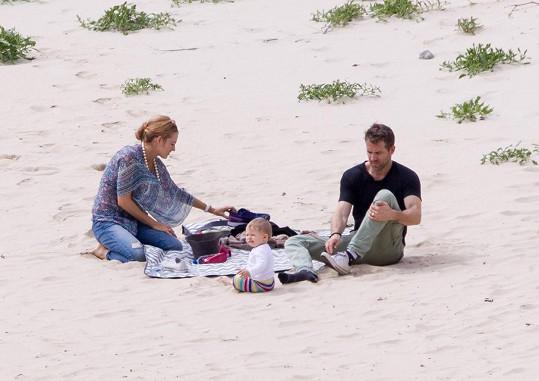 Herecký pár si užíval společné chvíle na pláži.