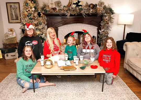 Chyběl i na vánoční fotografii Tori s dětmi.