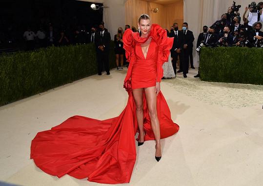Karlie Kloss oblékla róbu značky Carolina Herrera.